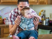 Παιχνίδια πατέρων με το μωρό Στοκ Φωτογραφίες