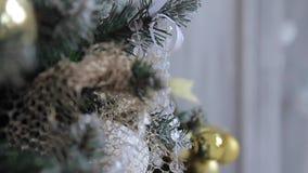 Παιχνίδια σε ένα χριστουγεννιάτικο δέντρο απόθεμα βίντεο