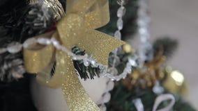 Παιχνίδια σε ένα χριστουγεννιάτικο δέντρο φιλμ μικρού μήκους