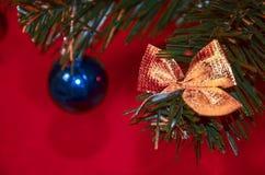 Παιχνίδια στο χριστουγεννιάτικο δέντρο faux στοκ φωτογραφία με δικαίωμα ελεύθερης χρήσης