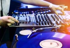 Παιχνίδια του DJ που τίθενται στο βινυλίου φορέα Στοκ εικόνες με δικαίωμα ελεύθερης χρήσης