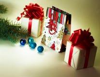 Παιχνίδια Χριστουγέννων μαζί με τα δώρα Στοκ Εικόνες