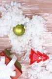 Παιχνίδια Χριστουγέννων με τα χέρια τους στοκ φωτογραφία