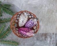 Παιχνίδια Χριστουγέννων στο καλάθι αφηρημένο ανασκόπησης Χριστουγέννων σκοτεινό διακοσμήσεων σχεδίου λευκό αστεριών προτύπων κόκκ Στοκ φωτογραφίες με δικαίωμα ελεύθερης χρήσης