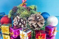 Παιχνίδια Χριστουγέννων δώρων Χριστουγέννων και μια πρόσκρουση Στοκ Εικόνα