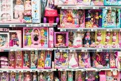 Παιχνίδια Barbie για τα κορίτσια και άλλα παιχνίδια μωρών στη στάση υπεραγορών Στοκ Εικόνες