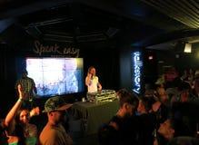 Παιχνίδια DJ του DJ Drez που τίθενται στο νυχτερινό κέντρο διασκέδασης Στοκ Φωτογραφία