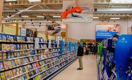 Παιχνίδια & DVDs αγορών ανθρώπων Στοκ φωτογραφία με δικαίωμα ελεύθερης χρήσης