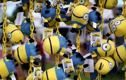 Παιχνίδια Minions που προσφέρονται ως βραβεία εκθεσιακών χώρων, Καίμπριτζ, Αγγλία Στοκ Φωτογραφία