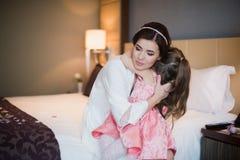 Παιχνίδια Mom με την κόρη της στο κρεβάτι και το αγκάλιασμα Στοκ φωτογραφίες με δικαίωμα ελεύθερης χρήσης