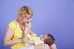 Παιχνίδια Mom με την κόρη Στοκ Φωτογραφίες