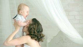 Παιχνίδια Mom με το παιδί Νέα οικογένεια Εξάμηνες παιδί και μητέρα ευτυχές mom διασκέδαση που έχει το γιο μητέρων Τα χαμόγελα παι απόθεμα βίντεο