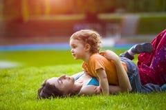 Παιχνίδια Mom με το παιδί Στοκ Φωτογραφίες