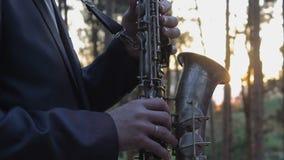 Παιχνίδια Saxophone στο ηλιοβασίλεμα φιλμ μικρού μήκους