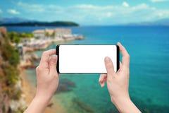 Παιχνίδι ή χρήση app παιχνιδιού γυναικών στο κινητό τηλέφωνο με την απομονωμένη άσπρη οθόνη Στοκ Φωτογραφίες
