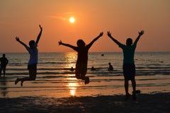 Παιχνίδι αγοριών και κοριτσιών στην παραλία Στοκ Εικόνες