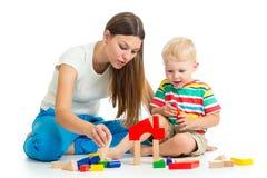 Παιχνίδι αγοριών και μητέρων παιδιών στοκ φωτογραφία