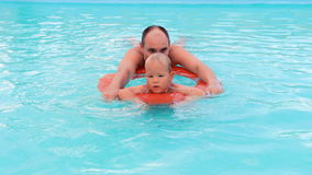 Παιχνίδι αγοριών και πατέρων στην πισίνα απόθεμα βίντεο
