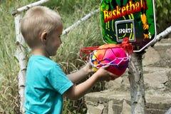 παιχνίδι αγοριών καλαθο&sig Στοκ Εικόνες