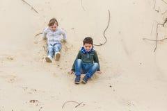 Παιχνίδι αγοριών με ένα κορίτσι Στοκ φωτογραφίες με δικαίωμα ελεύθερης χρήσης