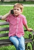 Παιχνίδι αγοριών με μια ομιλούσα ταινία walkie σε μια οδό σε ένα πνεύμα παιδικών χαρών Στοκ εικόνες με δικαίωμα ελεύθερης χρήσης