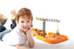 Παιχνίδι αγοριών με τα παιχνίδια κατασκευής Στοκ φωτογραφίες με δικαίωμα ελεύθερης χρήσης