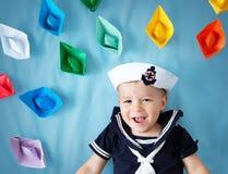 Παιχνίδι αγοριών με τα σκάφη εγγράφου Στοκ φωτογραφίες με δικαίωμα ελεύθερης χρήσης