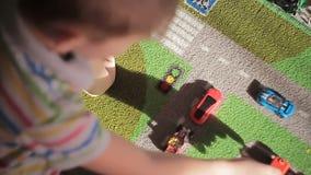 Παιχνίδι αγοριών με τα χρωματισμένα κομμάτια παιχνιδιών απόθεμα βίντεο