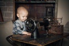 Παιχνίδι αγοριών με την ράβω-μηχανή Στοκ εικόνες με δικαίωμα ελεύθερης χρήσης