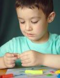 Παιχνίδι αγοριών με τη ζύμη παιχνιδιού χρώματος Στοκ φωτογραφία με δικαίωμα ελεύθερης χρήσης