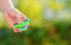 Παιχνίδι αγοριών με τον πράσινο κλώστη υπαίθρια στο φωτεινό bokeh Στοκ Εικόνα