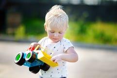 Παιχνίδι αγοριών με το παιχνίδι αυτοκινήτων Στοκ Εικόνες