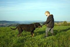 Παιχνίδι αγοριών με το σκυλί Στοκ φωτογραφία με δικαίωμα ελεύθερης χρήσης