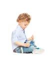 Παιχνίδι αγοριών μικρών παιδιών με το παιχνίδι αυτοκινήτων Στοκ Φωτογραφία
