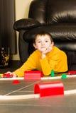 Παιχνίδι αγοριών παιδιών με τα ξύλινα τραίνα Στοκ Εικόνες