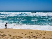 Παιχνίδι αγοριών στα μεγάλα κύματα στην κρατική παραλία Montara Στοκ Φωτογραφία
