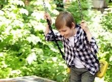Παιχνίδι αγοριών στην παιδική χαρά Στοκ Εικόνα