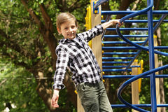 Παιχνίδι αγοριών στην παιδική χαρά Στοκ Εικόνες