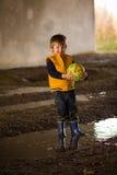 Παιχνίδι αγοριών στη λάσπη Στοκ φωτογραφία με δικαίωμα ελεύθερης χρήσης