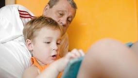 Παιχνίδι αγοριών στο μαξιλάρι και ομιλία στον παππού φιλμ μικρού μήκους