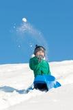 Παιχνίδι αγοριών στο χιόνι Στοκ Φωτογραφίες