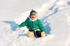 Παιχνίδι αγοριών στο χιόνι Στοκ εικόνες με δικαίωμα ελεύθερης χρήσης