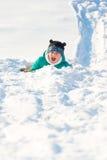 Παιχνίδι αγοριών στο χιόνι Στοκ Εικόνα