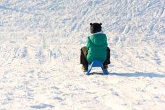 Παιχνίδι αγοριών στο χιόνι Στοκ Φωτογραφία