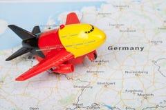 Παιχνίδι αεροπλάνων, που προσγειώνεται στο χάρτη της Ευρώπης μικρό ταξίδι χαρτών του Δουβλίνου έννοιας πόλεων αυτοκινήτων Στοκ φωτογραφία με δικαίωμα ελεύθερης χρήσης