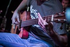 παιχνίδι ατόμων κιθάρων Στοκ εικόνα με δικαίωμα ελεύθερης χρήσης