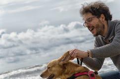 παιχνίδι ατόμων σκυλιών Στοκ Φωτογραφία