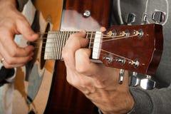 Παιχνίδι ατόμων στην κιθάρα Στοκ φωτογραφίες με δικαίωμα ελεύθερης χρήσης