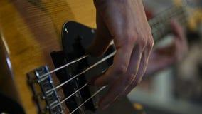 Παιχνίδι ατόμων στη βαθιά κιθάρα απόθεμα βίντεο