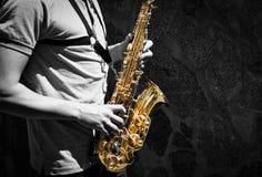 Παιχνίδι ατόμων στο saxophone Στοκ φωτογραφία με δικαίωμα ελεύθερης χρήσης